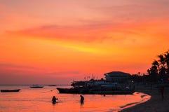 Просто сногсшибательный заход солнца над островом Malapascua, Cebu, Филиппинами Стоковые Изображения RF