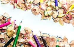 Пространство между shavings красочного карандаша crayon деревянные Стоковая Фотография RF