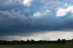 Простый ландшафт с высоким небом и огромными облаками Стоковые Фото