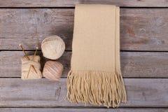 Простый шарф на деревянной предпосылке Стоковое Изображение