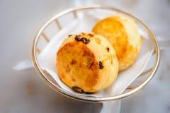 Простый scone и scone изюминки в корзине с белым бельем Стоковая Фотография RF