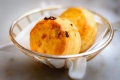 Простый scone и scone изюминки в корзине Стоковые Изображения