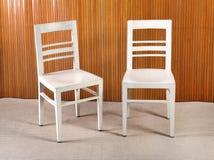 2 простых покрашенных белизной деревянных стуль кухни Стоковое фото RF