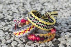 3 простых handmade домодельных естественных сплетенных браслета приятельства на каменной предпосылке Стоковое фото RF