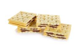 Прослоите сливк шутихи приправленную шоколадом на белой предпосылке Стоковые Изображения RF