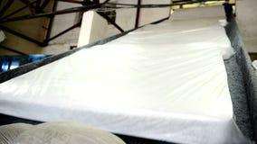 Протезные тюфяки двигают вдоль конвейерной ленты на фабрике внутри помещения видеоматериал