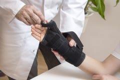Протезный хирург принимает стабилизатор для руки женщины стоковое фото