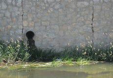 Протекая канализационные трубы стоковая фотография rf