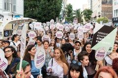 Протестующие женщин вновь собираются в kadikoy против мешая одежд женщин Стоковые Изображения RF