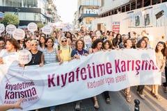 Протестующие женщин вновь собираются в kadikoy, Стамбул, Турция Стоковые Фото