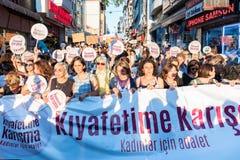Протестующие женщин вновь собираются в kadikoy, Стамбул, Турция Стоковые Фотографии RF
