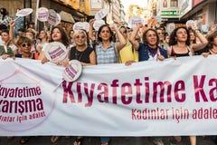 Протестующие женщин вновь собираются в kadikoy, Стамбул, Турция Стоковое Фото