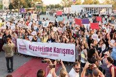 Протестующие женщин вновь собираются в kadikoy, Стамбул, Турция Стоковое Изображение