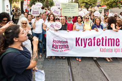 Протестующие женщин вновь собираются в kadikoy, Стамбул, Турция Стоковые Изображения