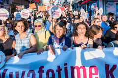 Протестующие женщин вновь собираются в kadikoy, Стамбул, Турция Стоковые Изображения RF