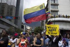 Протестующие против марша диктатуры Nicolas Maduro в поддержку Guaido стоковые изображения