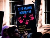 Протестующие требуют ООН для того чтобы остановить убить геноцид мусульман Rohingya в Мьянме стоковое изображение rf