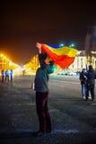 Протестующий держа румынский флаг, Бухарест, Румынию Стоковое Изображение RF