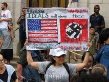 Протестующий женщины встречный с знаком Стоковые Изображения RF