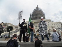 Протестующий на стене на прописной маске марте здания миллиона Стоковое Изображение RF