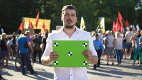 1 протестующий 20s смотрит плакат для отслеживать и не счастливым с результатом бюста 4 акции видеоматериалы