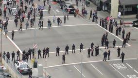 Протест идет полицией