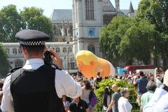 Протест козыря, Лондон, 13-ое июля 2018: Flys протеста блимпа младенца Дональд Трамп над Вестминстером, Лондоном, 13-ое июля 2018 стоковое изображение rf