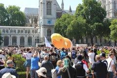 Протест Лондон 13-ое июля 2018 Дональд Трамп: Протест Вестминстер блимпа младенца Дональд Трамп, Лондон, 13-ое июля 2018 в Лондон стоковое изображение rf