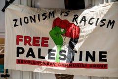 Протест около израильского посольства Лондона в поддержку Палестины стоковые фотографии rf
