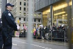 Протест перед башней козыря в Торонто стоковая фотография rf