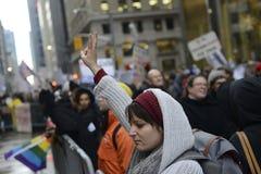 Протест перед башней козыря в Торонто стоковые фотографии rf