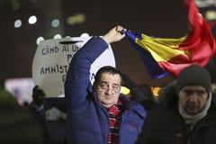 Протест тысяч как Румыния ослабляет закон коррупции Стоковые Изображения RF