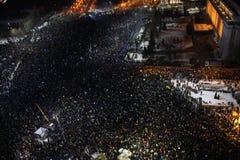 Протест тысяч как Румыния ослабляет закон коррупции Стоковое фото RF