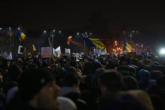 Протест тысяч как Румыния ослабляет закон коррупции Стоковые Фотографии RF