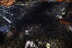 Протест тысяч как Румыния ослабляет закон коррупции Стоковое Изображение RF