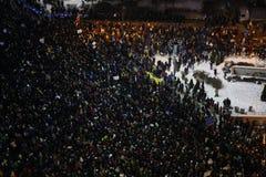 Протест тысяч как Румыния ослабляет закон коррупции Стоковая Фотография RF
