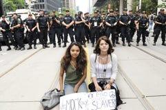 Протест 2 девушок мирный. стоковое фото