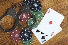 Противозаконная играя в азартные игры концепция блэкджека с держать пари откалывает и надевает наручники Стоковое Изображение