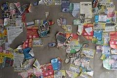 Противозаконная реклама залатанная на стене Стоковое Изображение