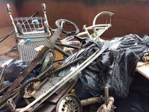 Противозаконный сбрасывать, погань в мусорном контейнере собранном во время уборки реки Стоковая Фотография