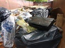 Противозаконный сбрасывать, погань в мусорном контейнере собранном во время уборки реки Стоковая Фотография RF