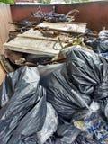 Противозаконный сбрасывать, погань в мусорном контейнере собранном во время уборки реки Стоковые Фото