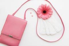 Противозачаточные таблетки и ежедневные пусковые площадки с женской сумкой стоковое фото rf