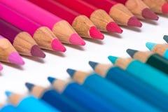 2 противоположных строки с красочными Crayons Стоковая Фотография