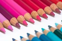 2 противоположных строки с красочными Crayons Стоковое Изображение RF