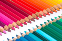 2 противоположных строки с красочными Crayons Стоковые Изображения RF