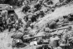 Противотанковое laucher и вооруженные солдаты черно-белые Стоковые Изображения