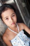 против азиатских детенышей стены девушки Стоковая Фотография