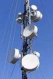 против башни телекоммуникаций неба связи антенн голубой различной Стоковые Фото