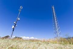 против башни телекоммуникаций неба связи антенн голубой различной Стоковое Изображение RF